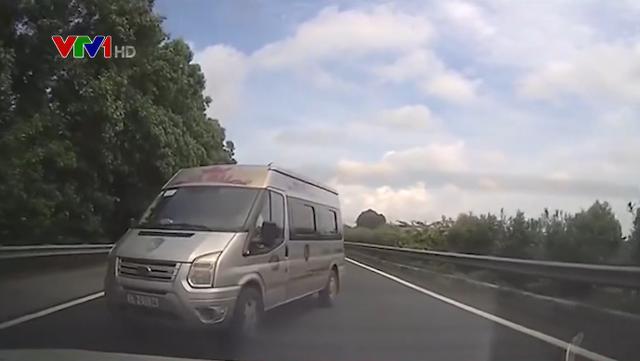 Đón khách trái phép ở cao tốc, đánh võng chèn ép xe cảnh sát khi bị truy đuổi - Ảnh 1.