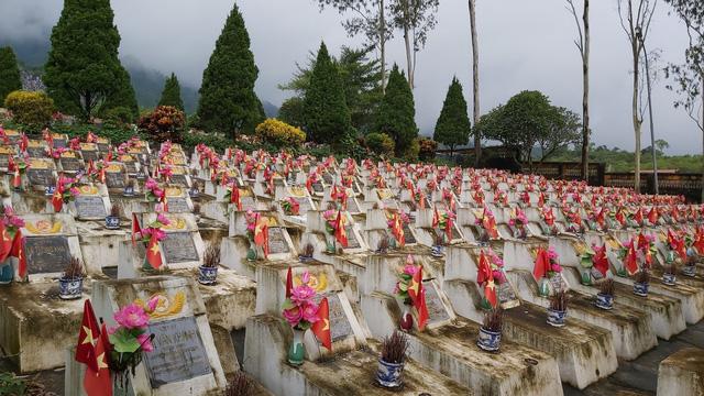 Truy điệu và an táng hài cốt liệt sỹ tại Nghĩa trang Vị Xuyên - Ảnh 1.