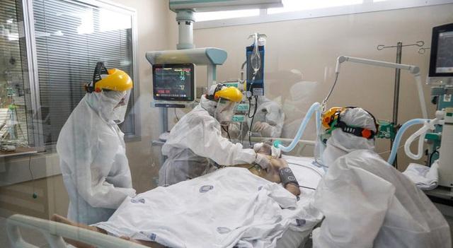 Cứ 7 trường hợp mắc COVID-19 thì có 1 người là nhân viên y tế - Ảnh 1.