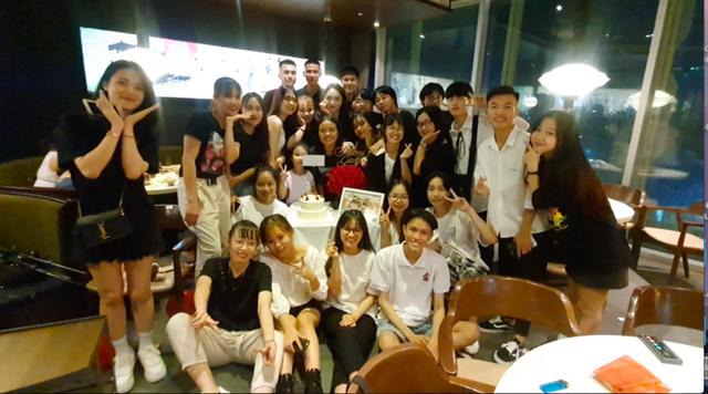 Hương Giang sắm đồ hiệu, chi hàng chục triệu đồng cho fan và nhân viên - Ảnh 1.