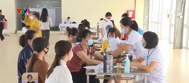 Yêu cầu khám sức khỏe cho hơn 1.000 công nhân sau vụ ngộ độc thiếc - Ảnh 1.