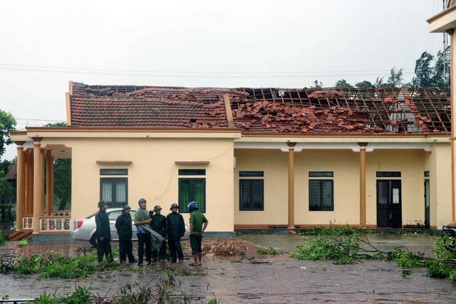 Thiệt hại do bão số 5: 2 người chết, 1 người mất tích, hơn 1.500 nhà tốc mái - Ảnh 1.