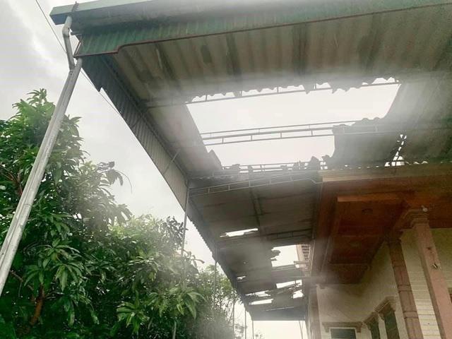 Lốc xoáy khiến hàng chục nhà dân ở Hà Tĩnh bị tốc mái, hư hỏng - Ảnh 1.