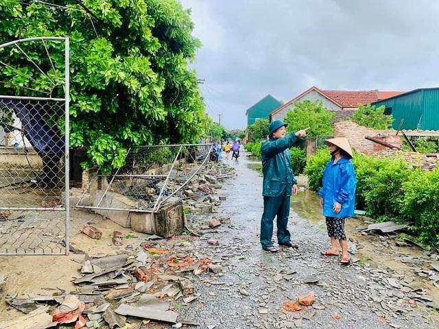 Lốc xoáy khiến hàng chục nhà dân ở Hà Tĩnh bị tốc mái, hư hỏng - Ảnh 2.