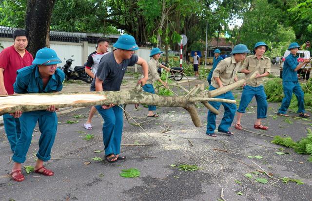Thiệt hại do bão số 5: 2 người chết, 1 người mất tích, hơn 1.500 nhà tốc mái - Ảnh 3.