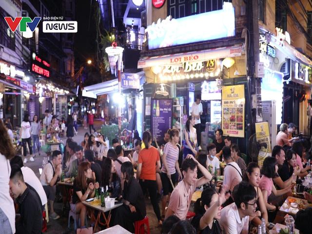 Quán bar ở Hà Nội tấp nập đón khách sau lệnh cấm - Ảnh 2.