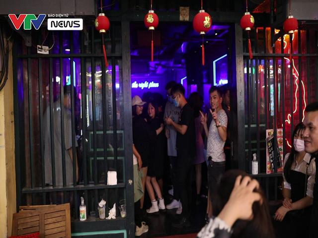 Quán bar ở Hà Nội tấp nập đón khách sau lệnh cấm - Ảnh 3.