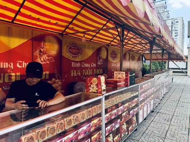 Bánh Trung thu bán đầy đường ở TP.HCM, mua 1 tặng 1 vẫn vắng khách  - Ảnh 2.