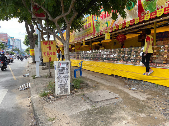 Bánh Trung thu bán đầy đường ở TP.HCM, mua 1 tặng 1 vẫn vắng khách  - Ảnh 1.