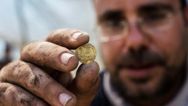 Nhóm bạn trẻ phát hiện hàng trăm đồng vàng nghìn năm tuổi - ảnh 2