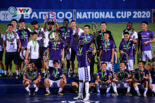 Khoảnh khắc CLB Hà Nội đăng quang chức vô địch Cúp Quốc gia 2020 - Ảnh 3.