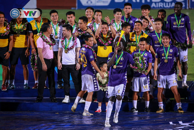 Khoảnh khắc CLB Hà Nội đăng quang chức vô địch Cúp Quốc gia 2020 - Ảnh 4.
