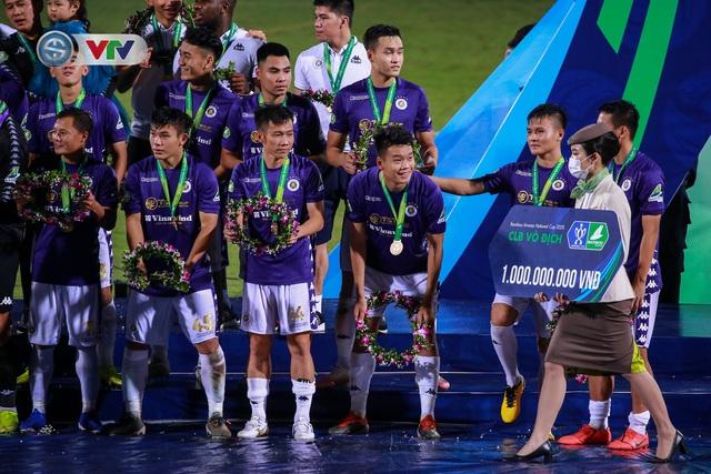 Khoảnh khắc CLB Hà Nội đăng quang chức vô địch Cúp Quốc gia 2020 - Ảnh 6.