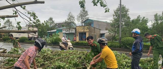 Các tỉnh miền Trung tập trung khắc phục hậu quả của bão số 5 - Ảnh 1.