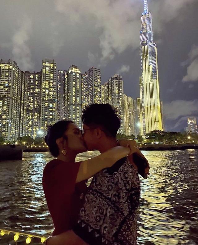 Hoa hậu chuyển giới Hương Giang công khai ảnh hôn môi với bạn trai mới - Ảnh 1.