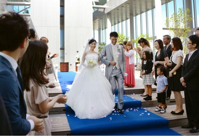 Nhật Bản tăng trợ cấp lên tới 5.700 USD để khuyến khích kết hôn - Ảnh 1.
