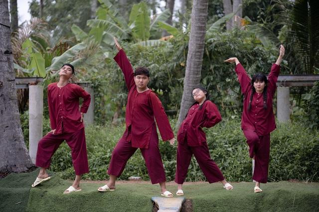 Khánh Vân - Phương Mỹ Chi quên hình tượng, té sấp mặt xuống hồ - Ảnh 1.