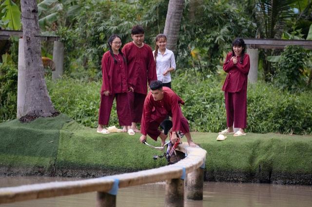 Khánh Vân - Phương Mỹ Chi quên hình tượng, té sấp mặt xuống hồ - Ảnh 5.