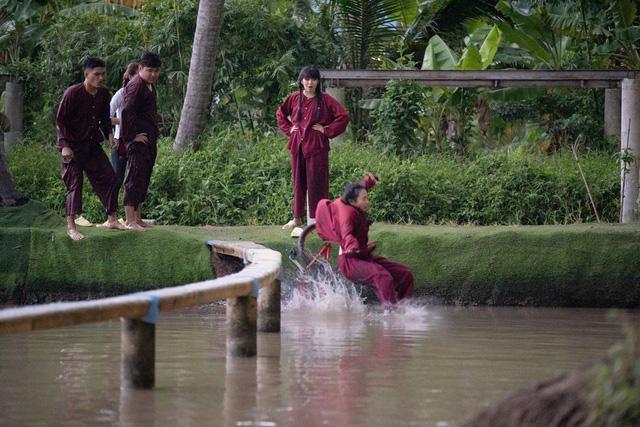 Khánh Vân - Phương Mỹ Chi quên hình tượng, té sấp mặt xuống hồ - Ảnh 4.
