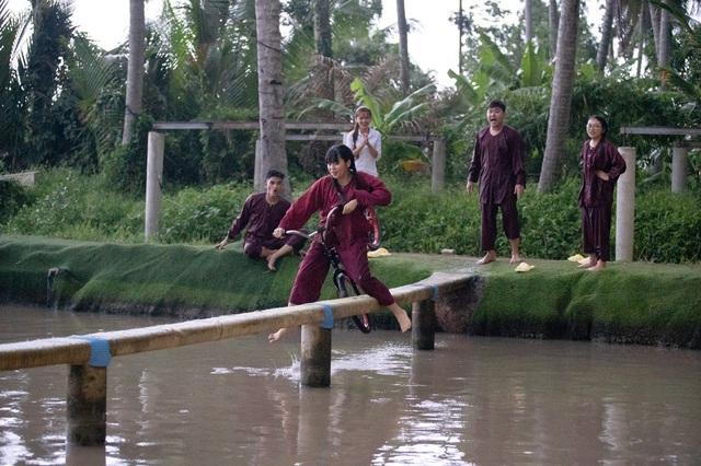 Khánh Vân - Phương Mỹ Chi quên hình tượng, té sấp mặt xuống hồ - Ảnh 3.