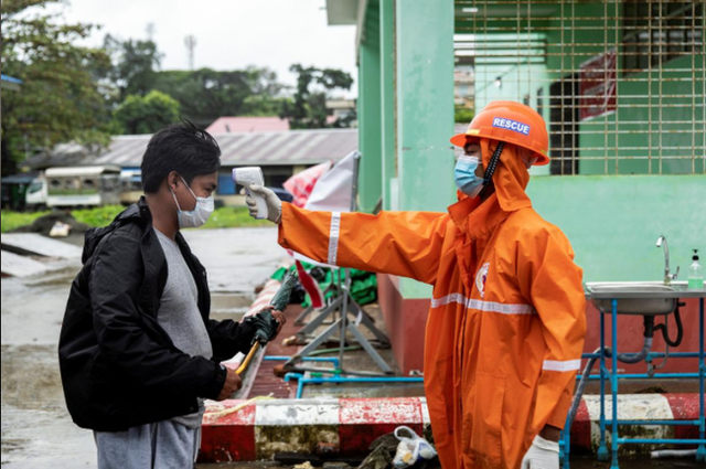 Myanmar bắt giữ gần 450 người vi phạm lệnh giới nghiêm - Ảnh 2.