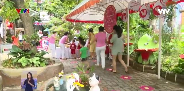 Trẻ mầm non Đà Nẵng tíu tít đến trường sau 2 lần gián đoạn vì COVID-19 - Ảnh 1.