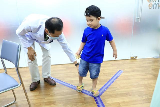 """Cảm động bé 6 tuổi bị """"khoèo chân"""" kiên trì điều trị để đi lại bình thường - Ảnh 3."""