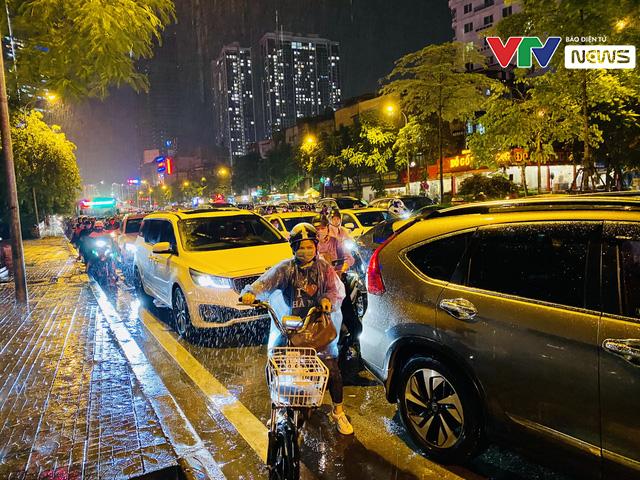 Người dân Hà Nội chôn chân dưới mưa vì tắc đường - Ảnh 2.