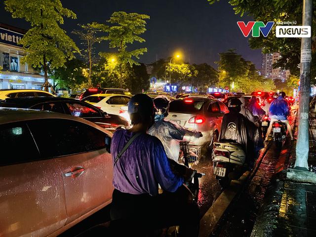 Người dân Hà Nội chôn chân dưới mưa vì tắc đường - Ảnh 5.