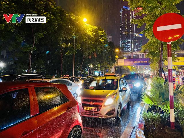 Người dân Hà Nội chôn chân dưới mưa vì tắc đường - Ảnh 6.