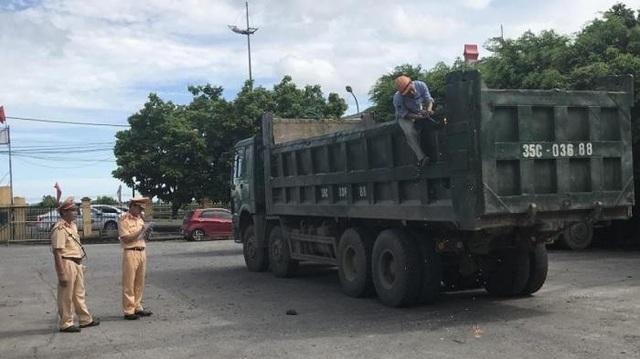 Cưỡng chế cắt hạ thùng xe tại chỗ với xe tải vi phạm - Ảnh 1.