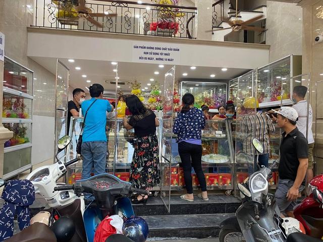 Cửa hàng bánh Trung thu truyền thống lắp vách ngăn chống dịch - Ảnh 1.