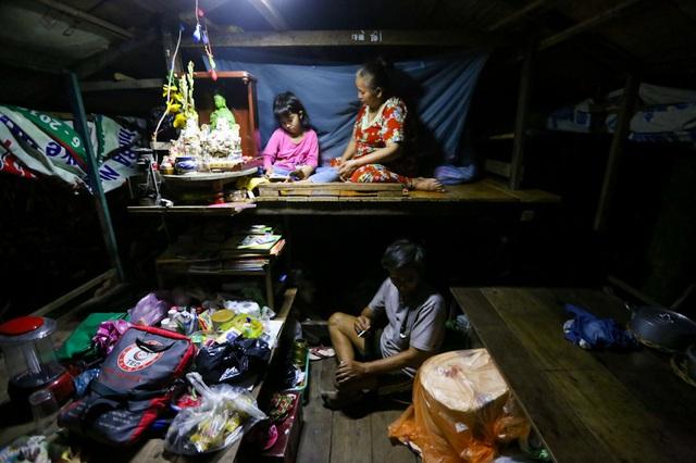 Câu chuyện về cô bé 13 tuổi bị bạn bè ức hiếp vì con nhà nghèo, phải sống trên ghe - Ảnh 3.