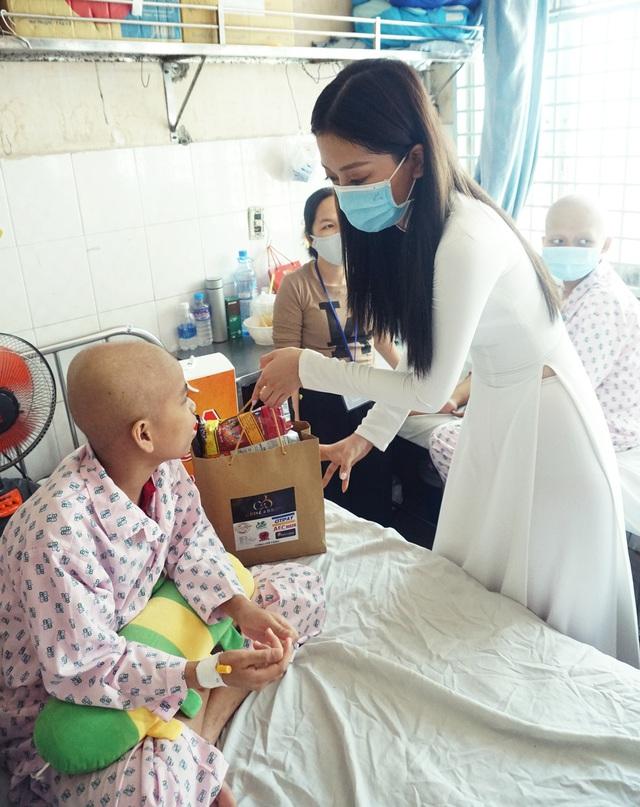 Dàn Hoa hậu, Á hậu tặng quà Trung thu cho các bệnh nhi - Ảnh 1.