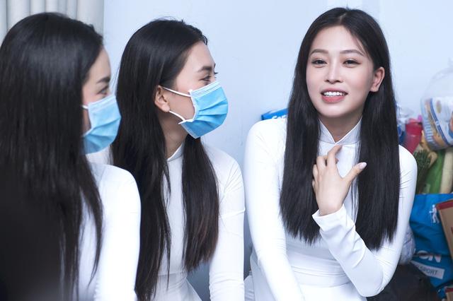 Dàn Hoa hậu, Á hậu tặng quà Trung thu cho các bệnh nhi - Ảnh 3.