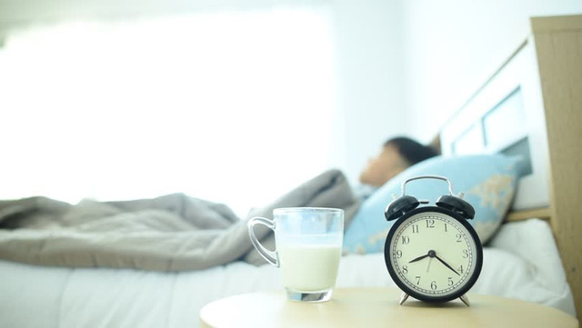 Tiết lộ bất ngờ về thói quen uống sữa trước khi đi ngủ - Ảnh 1.