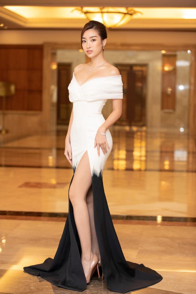 Dàn Hoa hậu đồng loạt diện váy xẻ cao đọ chân dài tại Họp báo Hoa hậu Việt Nam 2020 - Ảnh 2.