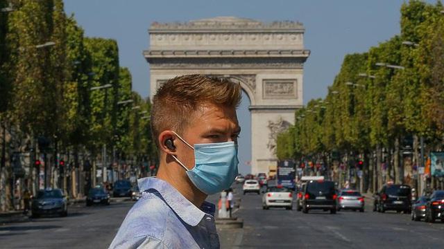 Liên tiếp ghi nhận số ca mắc COVID-19 mới cao kỷ lục, Pháp thắt chặt phòng chống dịch - Ảnh 1.