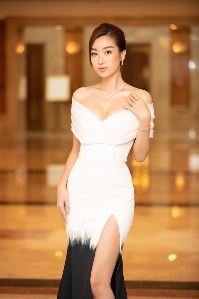 Dàn Hoa hậu đồng loạt diện váy xẻ cao đọ chân dài tại Họp báo Hoa hậu Việt Nam 2020 - Ảnh 1.