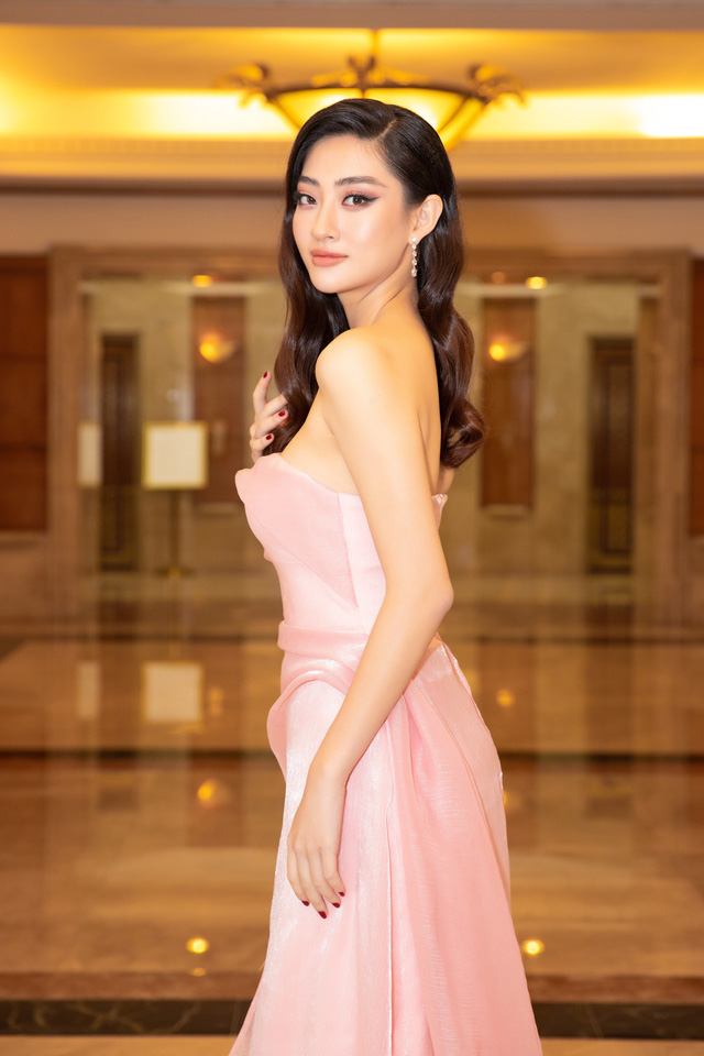 Dàn Hoa hậu đồng loạt diện váy xẻ cao đọ chân dài tại Họp báo Hoa hậu Việt Nam 2020 - Ảnh 6.