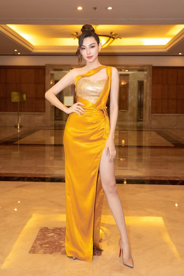 Dàn Hoa hậu đồng loạt diện váy xẻ cao đọ chân dài tại Họp báo Hoa hậu Việt Nam 2020 - Ảnh 8.