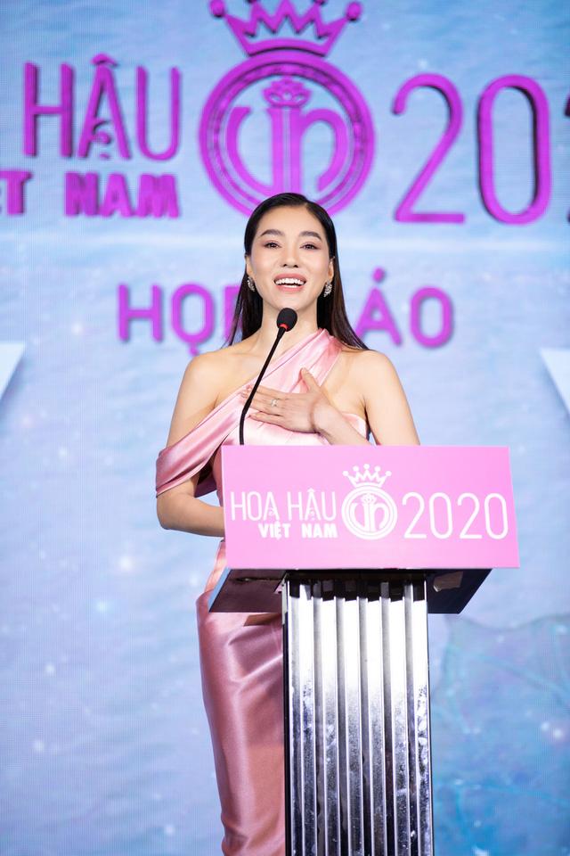 Dàn Hoa hậu đồng loạt diện váy xẻ cao đọ chân dài tại Họp báo Hoa hậu Việt Nam 2020 - Ảnh 11.