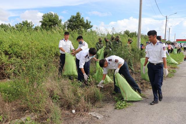 Cảnh sát biển đồng hành với ngư dân Kiên Giang - Ảnh 1.