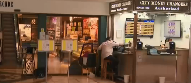 Các đại lý thu đổi ngoại tệ tại Singapore đứng trước viễn cảnh sập tiệm - Ảnh 1.