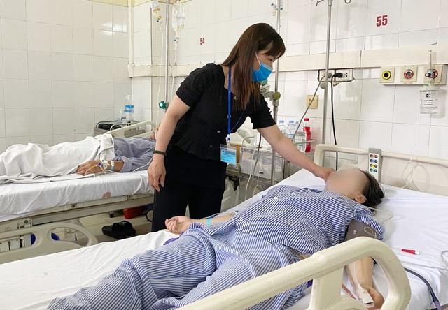 Cứu bệnh nhân thủng động mạch chủ bụng nguy kịch do lao - Ảnh 2.