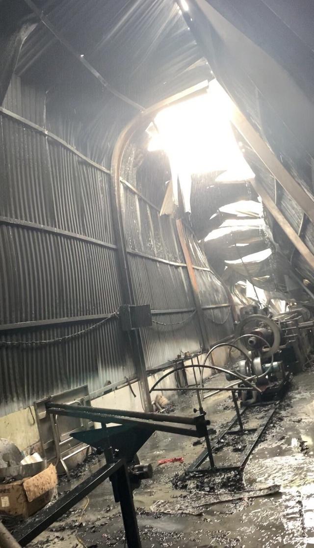 Cháy lớn tại xưởng sản xuất cơ khí nhựa xốp, thiệt hại gần 3 tỷ đồng - Ảnh 1.