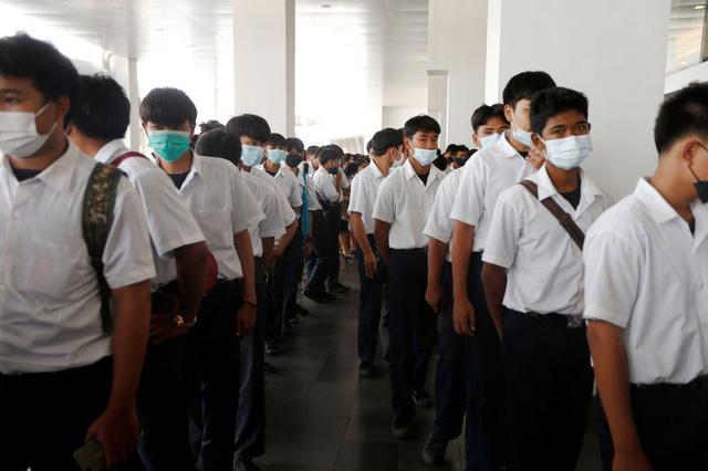Thất nghiệp vì COVID-19, người Thái đổ xô đến hội chợ tìm việc làm - ảnh 2