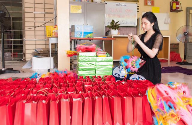 Hoa hậu Tô Diệp Hà mang Trung thu ấm áp cho trẻ em cơ nhỡ - Ảnh 1.