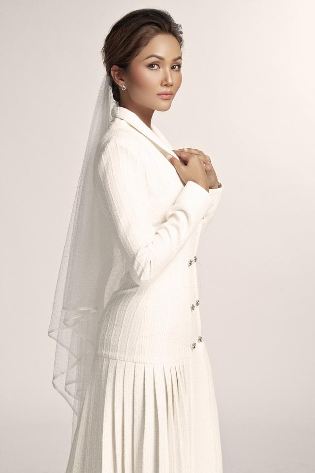 Diện váy cưới xuyên thấu, cô dâu HHen Niê vẫn rất thanh lịch - Ảnh 7.