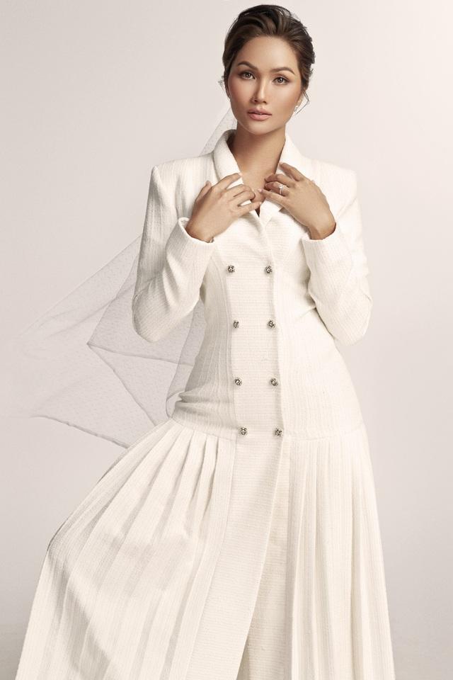 Diện váy cưới xuyên thấu, cô dâu HHen Niê vẫn rất thanh lịch - Ảnh 13.